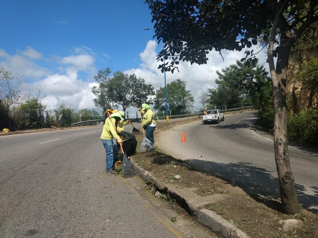Mantenimiento de separadores viales hacen parte del mejoramiento visible de la ciudad.